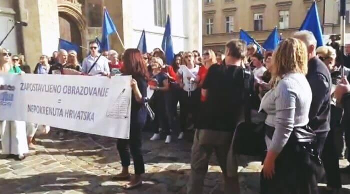 Nastavnici zapjevali bećarac ispred Vlade: 'E naš Plenki koja je strahota, pjevat vama i to bez prostota'