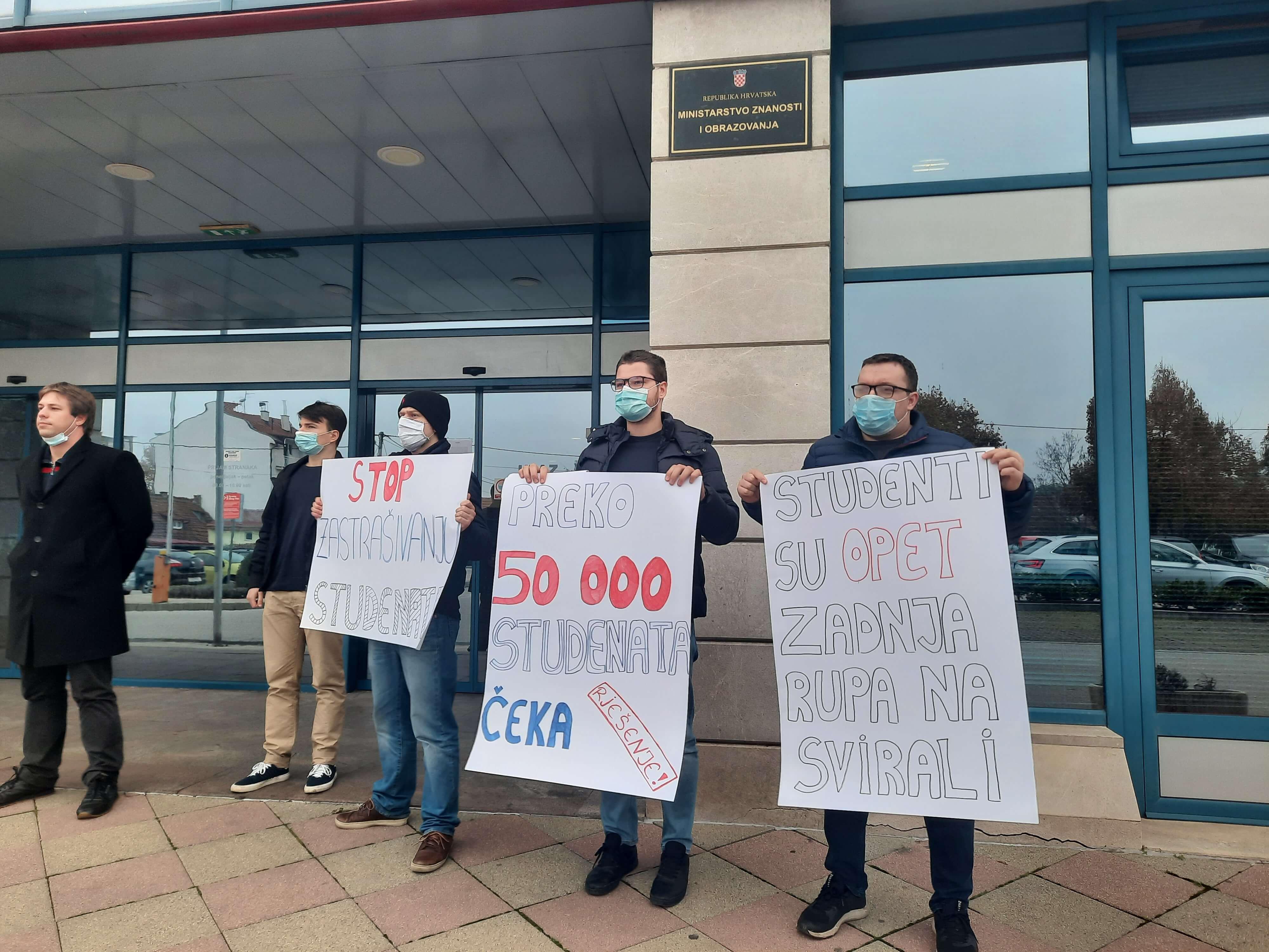 Mladi SDP-ovci protestirali pred Ministarstvom: 'Studenti su opet zadnja rupa na svirali'