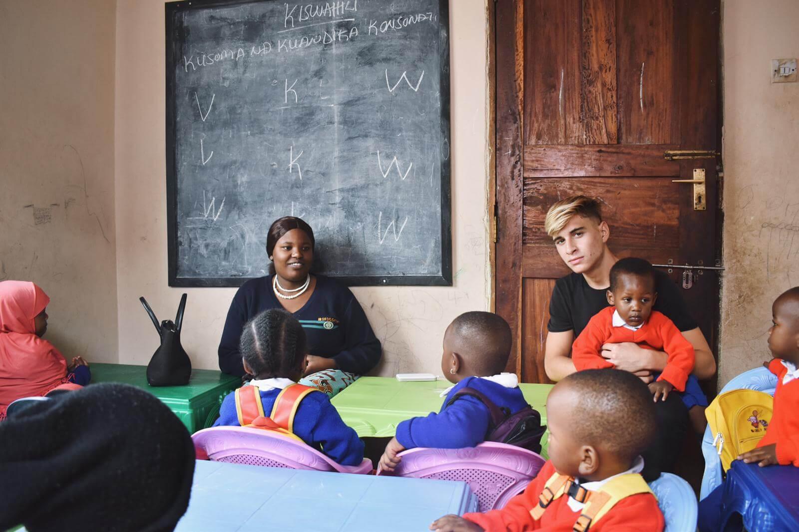 Umjesto na faks, 18-godišnjak s Hvara nakon mature otišao u Afriku: Volontira, a sada i prikuplja donacije za djecu koju podučava