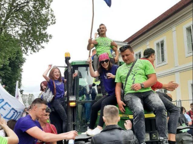 Dobro se zabavili: Bjelovarski maturanti kraj škole slavili na – traktoru