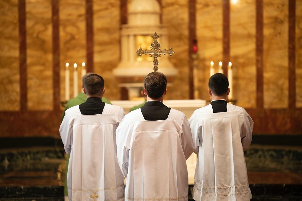 Mladi u Hrvatskoj više vjeruju svećenicima nego novinarima, no jedan podatak opasno zabrinjava