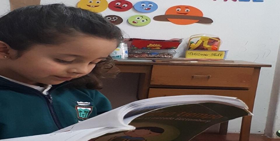 Niña de 3 años de edad del Gimnasio Las Palmas leyendo frases y números arábigos hasta de 12 cifras