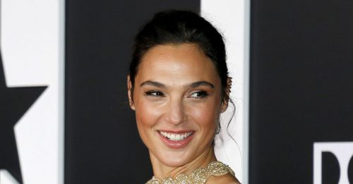 Gal Gadot will also star tonight at the Golden Globe ceremony