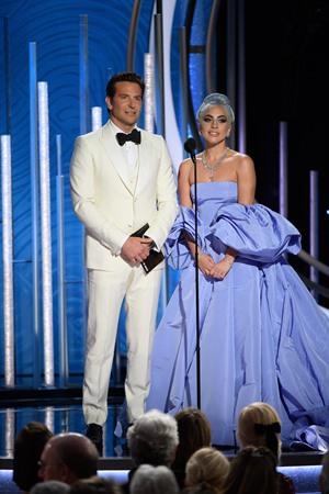 """Protagonistas de """"Nasce Uma Estrela"""", Bradley Cooper e Lady Gaga entregaram o primeiro prêmio da noite (Foto: Divulgação / Crédito: HFPA Photographer)."""