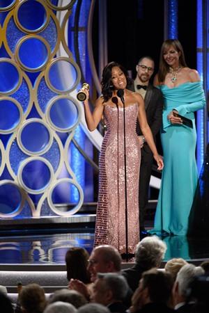 """Regina King recebe o Globo de Ouro de melhor atriz coadjuvante por """"Se a Rua Beale Falasse"""" (Foto: Divulgação / Crédito: HFPA Photographer)."""
