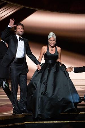 """Bradley Cooper e Lady Gaga agradecem à plateia após a performance de """"Shallow"""" """"Shallow"""" (Foto: Divulgação – Crédito: Aaron Poole / ©A.M.P.A.S.)."""