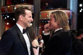 """Indicado a melhor filme por """"Coringa"""", Bradley Cooper conversa com Brad Pitt no intervalo da cerimônia (Foto: Divulgação – Crédito: Valerie Durant / ©A.M.P.A.S.)."""