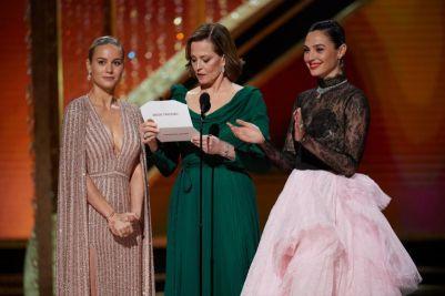 Brie Larson, Sigourney Weaver e Gal Gadot no palco do Dolby Theatre (Foto: Divulgação - Crédito: Blaine Ohigashi / ©A.M.P.A.S.).
