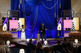 Viola Davis e Tyler Perry, homenageado com o Jean Hersholt Humanitarian Award (Foto: Divulgação – Crédito: Todd Wawrychuk / ©A.M.P.A.S.).