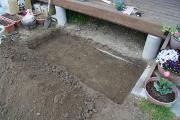花壇のために穴を掘りました