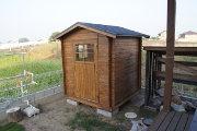 庭に小さなログハウスが建ちました