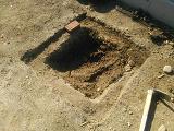 真ん中は深く掘り下げ、周りはレンガの埋まる分だけ