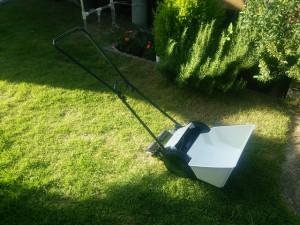 手押し式の芝刈り機