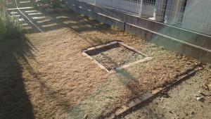 レンガ敷きの残土で埋め立てた砂場