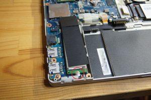 SSDはビス1本外せば抜けます