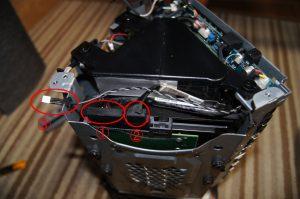 ハードディスク周りのケーブルを外します