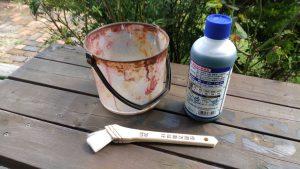 除草剤を水で溶いて、刷毛で塗ります