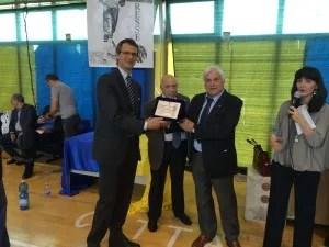 Il Vice-Presidente della S.S.Lazio Scherma riceve la targa ricordo dai Fratelli Resse.