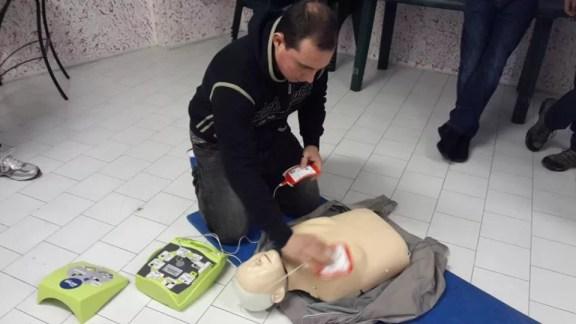 Matteo Martini impegnato nella rianimazione con defibrillatore, posiziona correttamente le placche adesive.