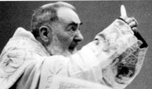 padre-pio-elevating-host