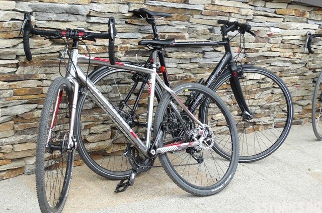 Велосипедистите са оставили колелата с, докато похапват в известния ресторант No names в Байлово