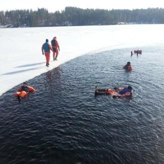 Kuivapuku-uintia eräänä kauniina talvipäivänä... - Swimming in the lake...