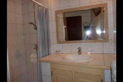 salle de bain gite salvagnac jacques siant laurent de la cabrerisse