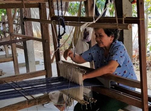 een handgeweven duurzame sjaal wordt gemaakt