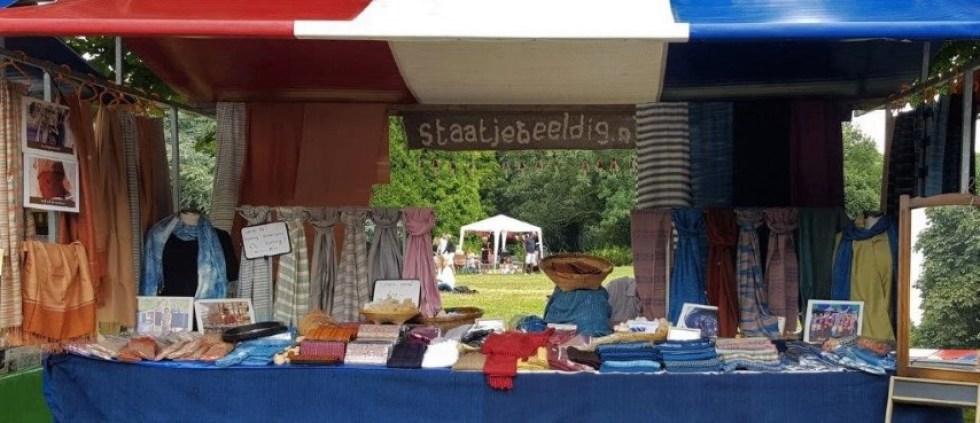 met de hand geweven sjaals op de markt
