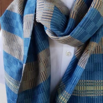 blauwe sjaal met geruit patroon en brede band
