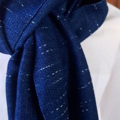 indigo blauwe sjaal met raindrop motief