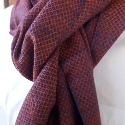 koper rode sjaal met indigo patroon