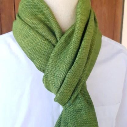 grasgrüner Schal mit feinem blauem Muster