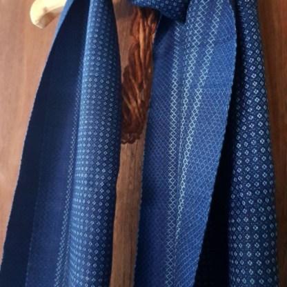 klassieke blauwe sjaal met kruisjes patroon