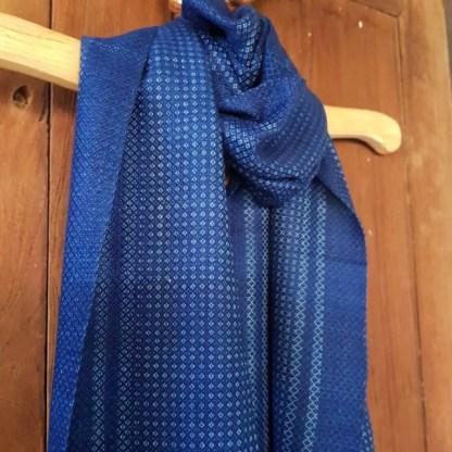 klassieke blauwe sjaal met witte tekening