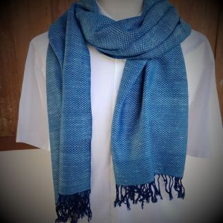 lichtblauwe sjaal met regendruppel motief