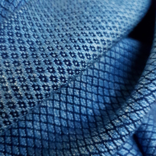 lichtblauwe sjaal met donker ruitpatroon