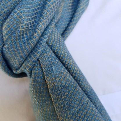 Zachte lichtblauwe sjaal met zandkleurig patroon