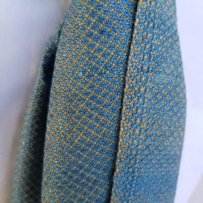 lichtblauwe sjaal met okergeel