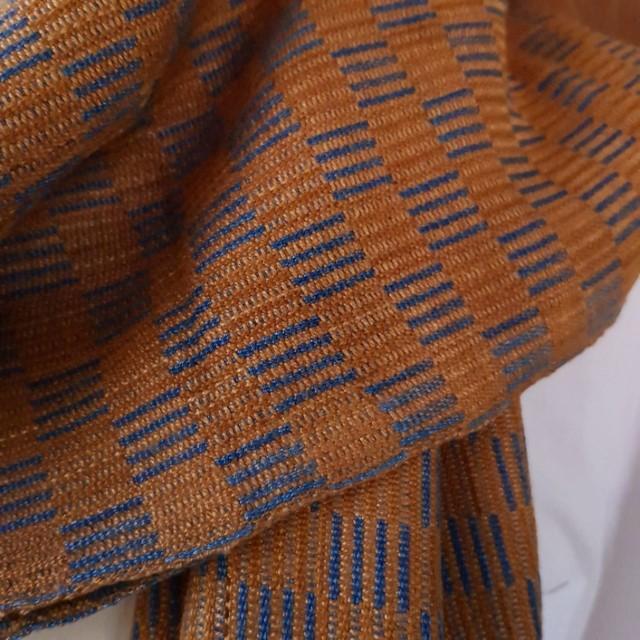 Bruine kindersjaal met geblokt patroon