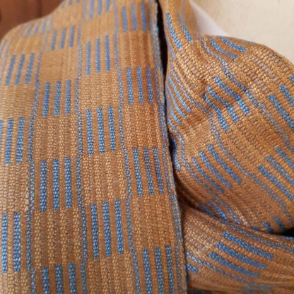 lichtbruin met lichtblauwe sjaal geblokt patroon