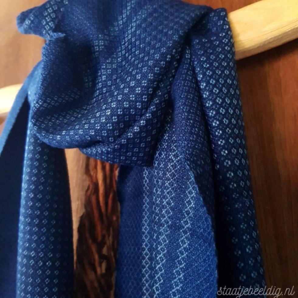 donkerblauwe sjaal met wit motief