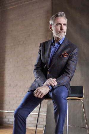 model in Olliver Sportcoat leaning on chair