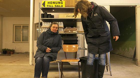 Journalist Ann-Katrin och Cilla från Lojkalproducerat i Väst förbereder gruppbild