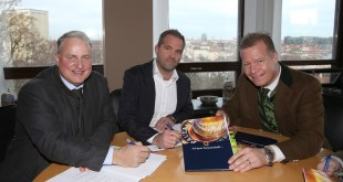 Christian Schottenhamel und Florian Lechner neue Wirte Nockherberg, rechts Paulaner-Geschäftsführer Andreas Steinfatt
