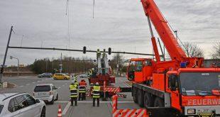 München-Riem: Feuerwehr muss beschädigte Ampelbrücke abbauen Quelle Foto Berufsfeuerwehr München