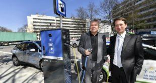Erste SWM-Ladesäulen für Elektroautos in Betrieb genommen Oberbürgermeister Dieter Reiter und SWM-Chef Dr. Florian Bieberbach Quelle Foto SWM