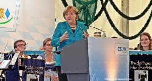 Bundeskanzlerin Angela Merkel spricht beim Wahlkampfauftakt 2013 der CSU München im Festzelt auf der Truderinger Festwoche