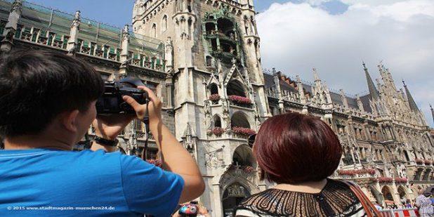 Touristen vor Rathaus München