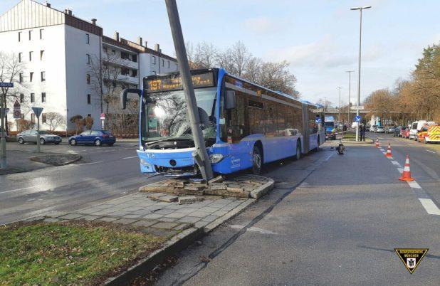 Busfahrer bewusstlos - Linienbus prallt gegen Laternenmast